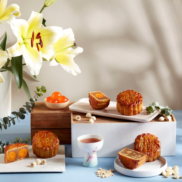 Mother-of-Pearl with Single Yolk and White Lotus Paste Baked Mooncake